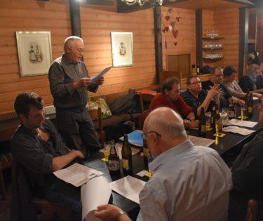 Verbandspräsident Willy Renggli führt zügig durch die Traktanden der GV 2018