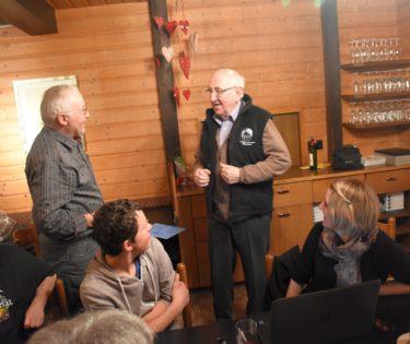 Paul Duss erhält eine Weste des Köhlerverbands