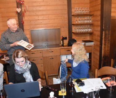 Monika Müri erhält die Urkunde der Ehrenmitgliedschaft des Köhlerverbandes