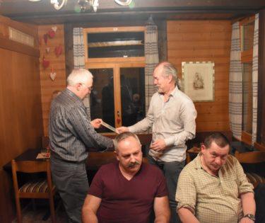 Willy Renggli überreicht Robert Müller die Ehrenmitglieds-Urkunde