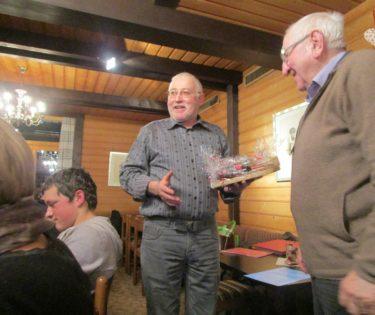 Willy Renggli überreicht Paul Duss ein Präsent